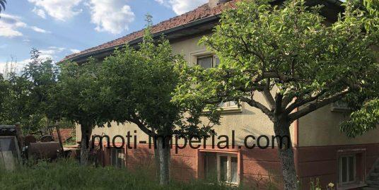 Масивна къща с голям двор в с. Горски извор, област Хасково