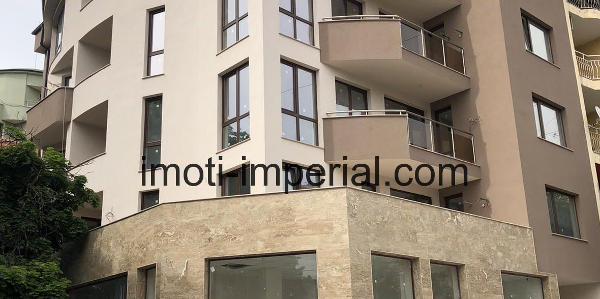 Тристаен монолитен апартамент с паркомясто в луксозна сграда в центъра на град Хасково