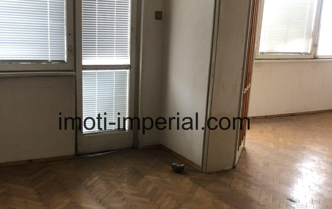 Тристаен тухлен апартамент с вътрешно дворно място в кв. Дружба, град Хасково